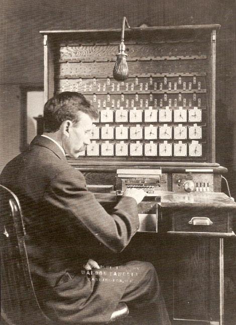 هرمن هالریث در سال 1908 در کنار ماشین جدولبندی هالریث