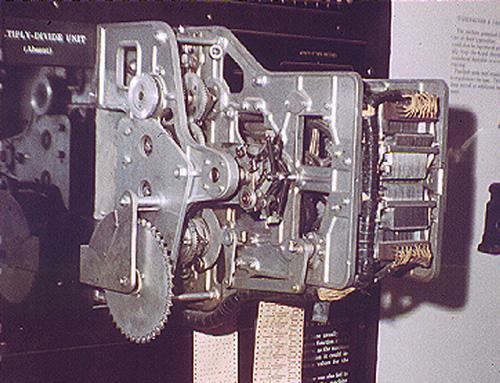 در این تصویر نمای نزدیک یکی از 4 نوارخوان کاغذی مارک 1 نمایش داده شده است.