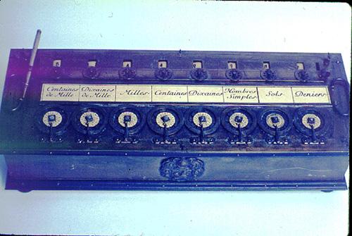 یک نمونه ماشین 8 رقمی پاسکلین، عکس از انجمن IEEE در سال 2002