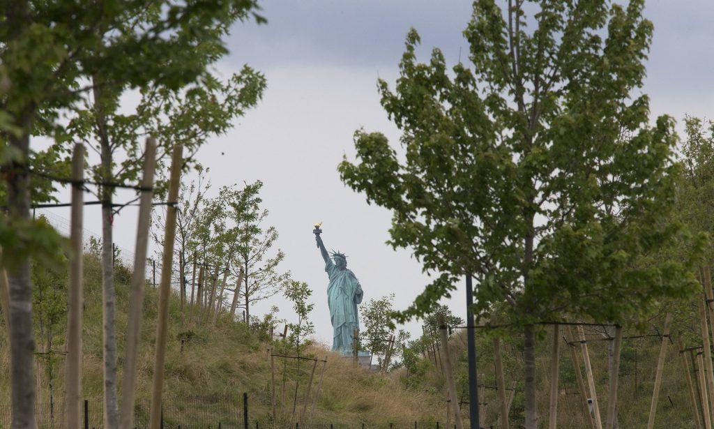 نمایی از مجسمه آزادی از جزیره فرمانداران
