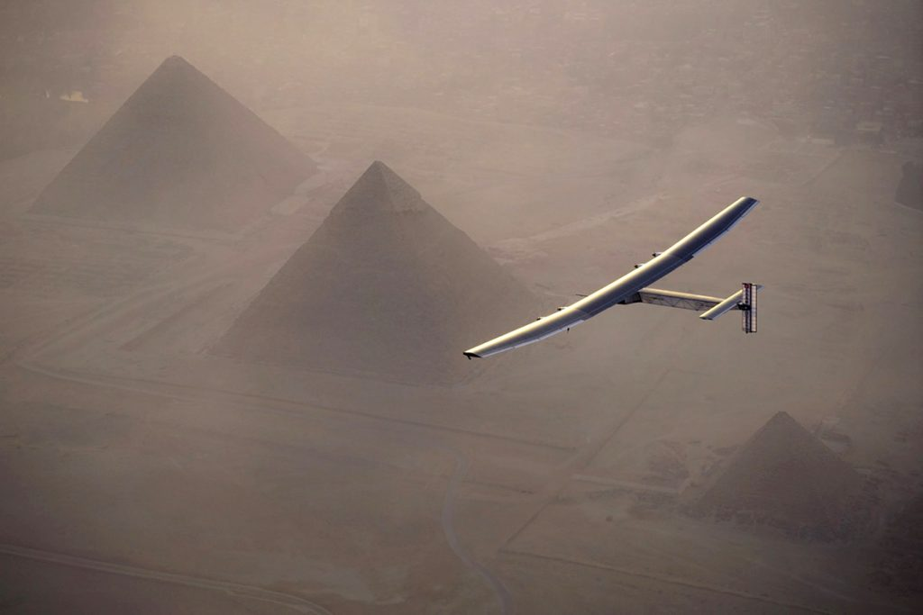 solar-impulse-2-over-Pyramid-egypt