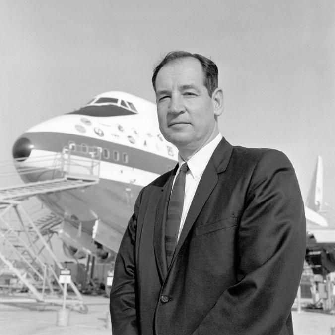 جو ساتر در کنار اولین 747 ساخته شده در سال 1969