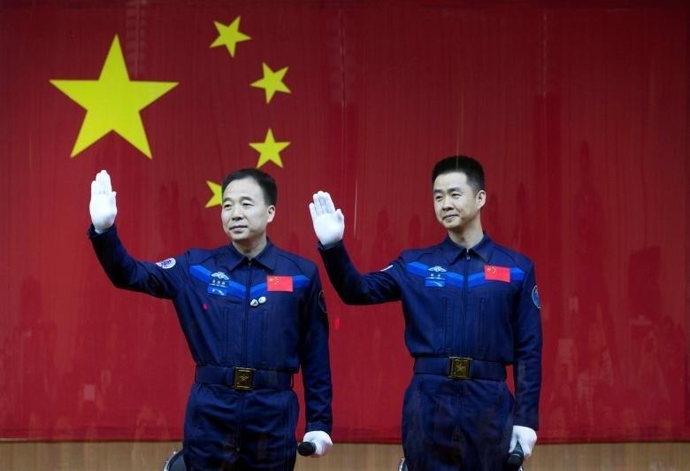 جینگ هایپنگ، فرمانده عملیات و چن دونگ، فضانورد دیگر فضاپیمای Shenzhou-11